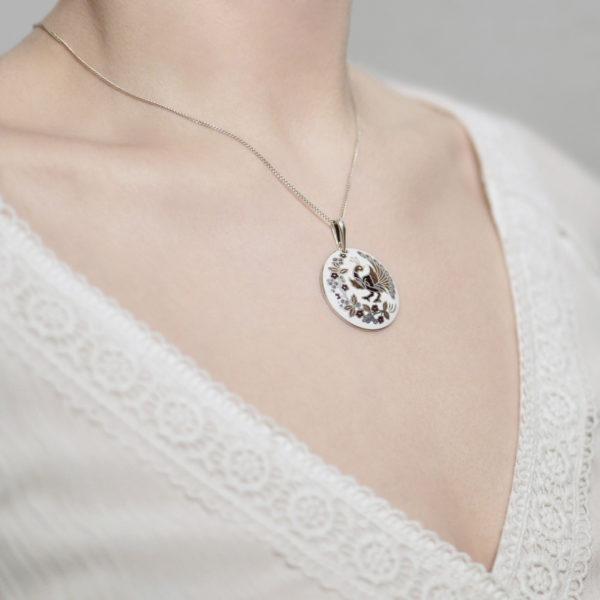 Serebro belo fioletovaya 600x600 - Серебряная подвеска «По зернышку», бело-фиолетовая