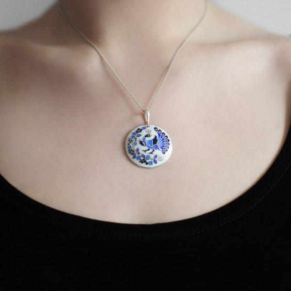 Serebro belo sinyaya 1 600x600 - Подвеска из серебра «По зернышку», бело-синяя