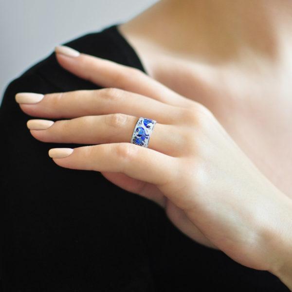 Serebro belo sinyaya 2 600x600 - Кольцо «По зернышку», бело-синее