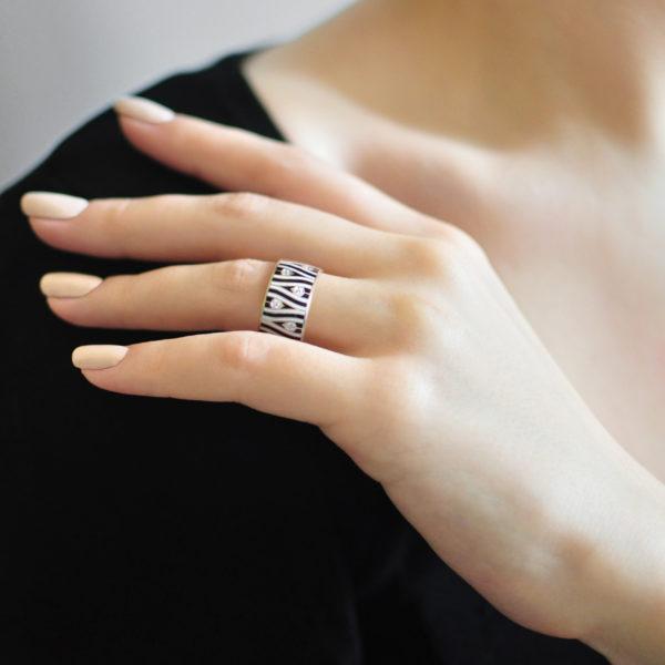 Serebro cherno belaya 2 600x600 - Кольцо «Модерн. Перо павлина», черно-белое с фианитами