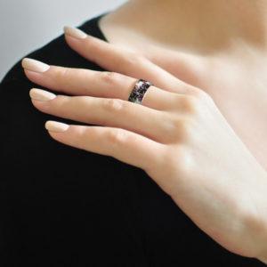 Serebro cherno fioletovaya 300x300 - Кольцо из серебра «Котики Инь-Ян», фиолетовая