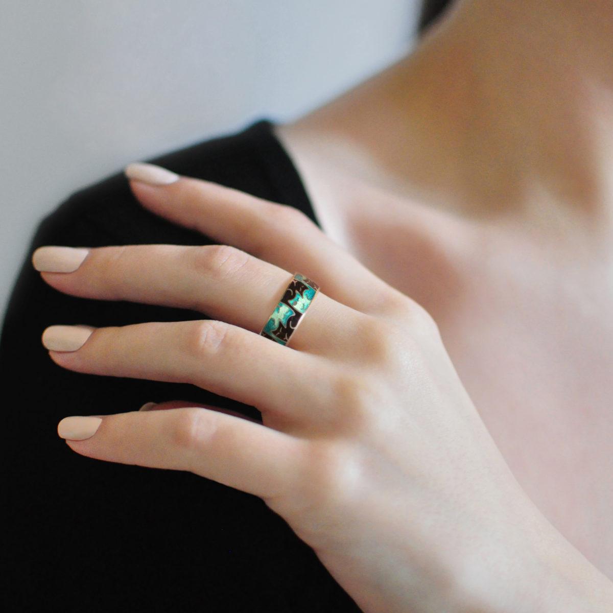 Serebro fioletovo zelenaya 2 1200x1200 - Кольцо из серебра «Котики Инь-Ян», зеленая