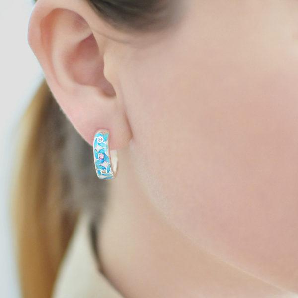 Serebro golubaya 600x600 - Серьги-полукольца из серебра «Ветерок», голубые