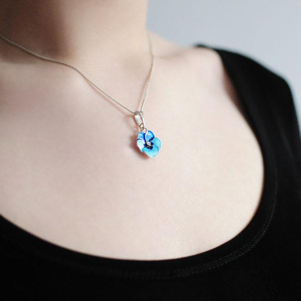 Serebro golubaya 8 600x600 - Серебряная подвеска «Анютины глазки», голубая с фианитами