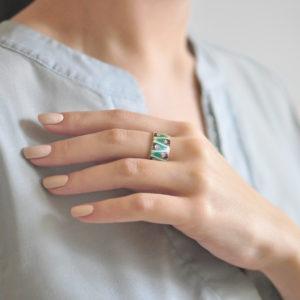 Serebro zelenaya 6 300x300 - Кольцо из серебра «Модерн. Перо павлина», зеленая с фианитами