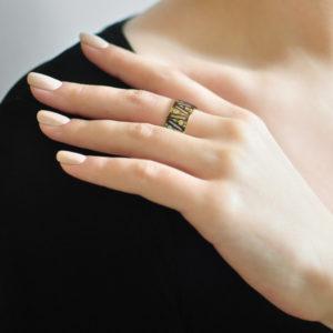 Zolochenie fioletovaya 13 300x300 - Кольцо из серебра «Модерн. Перо павлина» (золочение), фиолетовое с фианитами