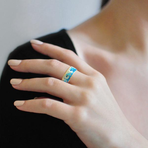 Zolochenie sinyaya 12 600x600 - Кольцо из серебра «Меандр» (золочение), синее