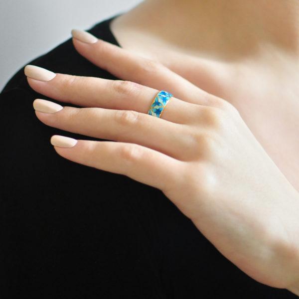 Zolochenie sinyaya 13 600x600 - Кольцо из серебра «Трилистник» (золочение), синее