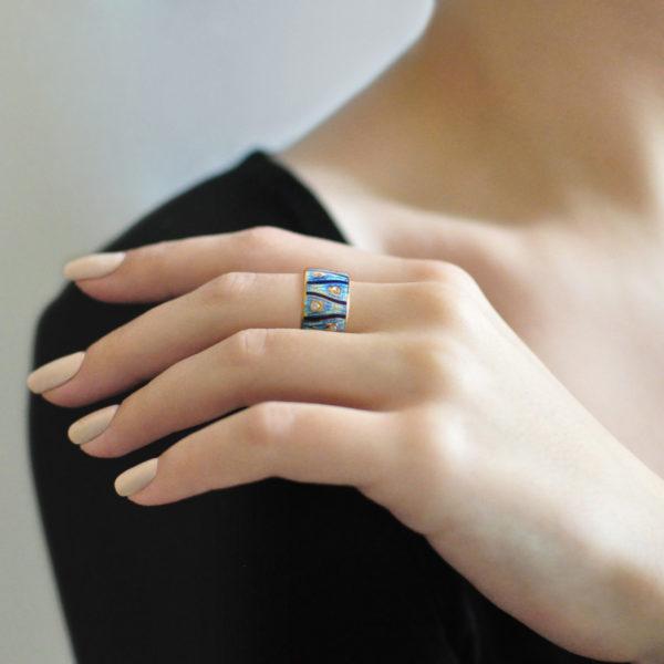 Zolochenie sinyaya 14 600x600 - Кольцо «Модерн. Перо павлина» (золочение), синее с фианитами