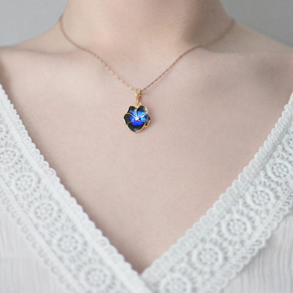 Zolochenie temno sinyaya 1 600x600 - Подвеска из серебра «Анютины глазки» (золочение), темно-синяя