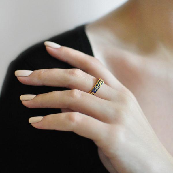 zolochenie sinyaya 600x600 - Кольцо из серебра треугольное «Спас-на-крови» (золочение), синяя