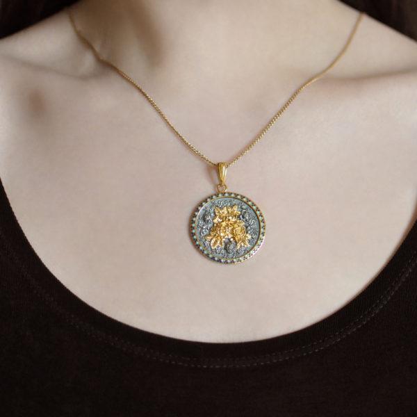 zolochenie sinyaya shema 3 1 600x600 - Подвеска из серебра круглая «Жостово» (золочение), синяя