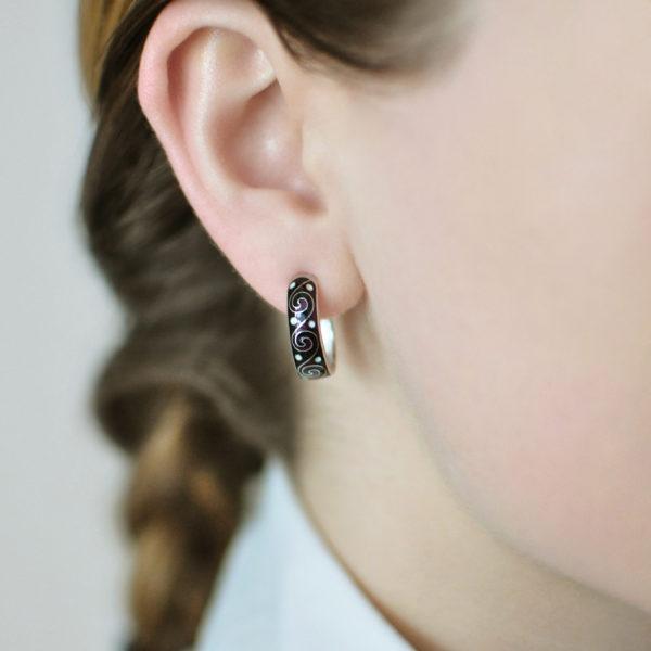 Serebro chernaya 600x600 - Серьги-полукольца серебряные «Меандр», черные