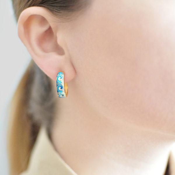 Zolochenie sinyaya 600x600 - Серьги-полукольца из серебра «Меандр» (золочение), синие