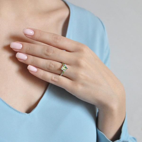61.202 zelenaya 600x600 - Кольцо из серебра «Бабочка», зеленое
