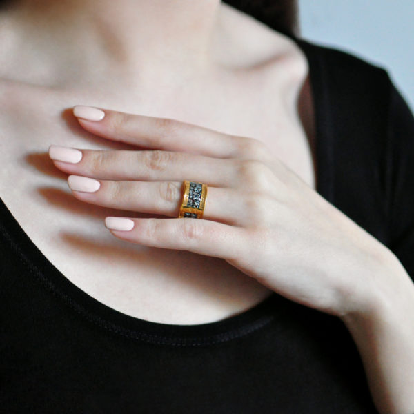 6.76 zolochenie 600x600 - Кольцо из серебра «Петербург. Аничков мост» (золочение)