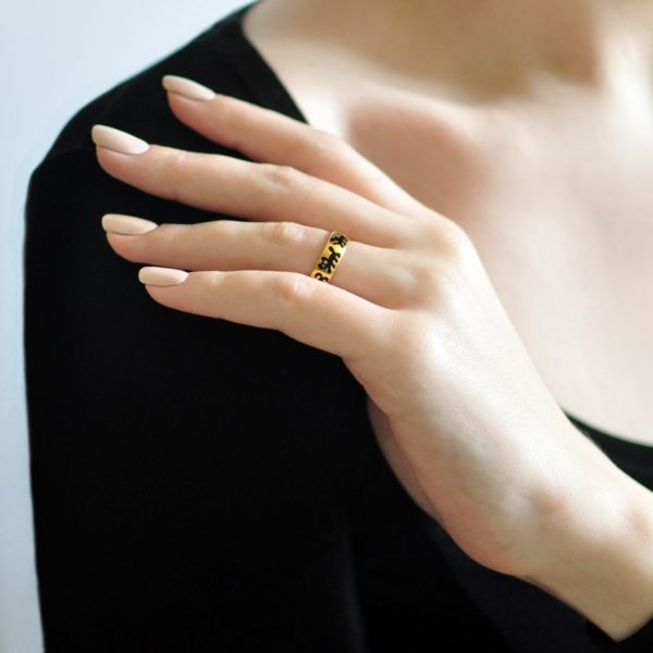 zolochenie chernaya 1 600x600 - Кольцо из серебра «Забавные котята» (золочение), черное