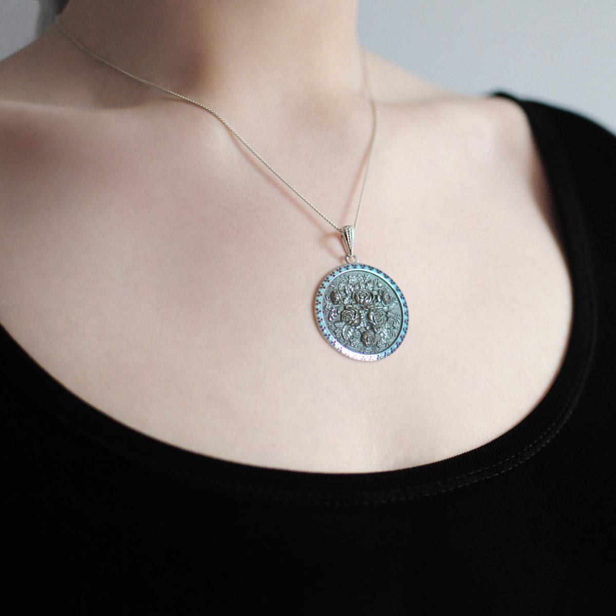 serebro sinyaya shema 1 1200x1200 - Серебряная подвеска круглая «Жостово», синяя